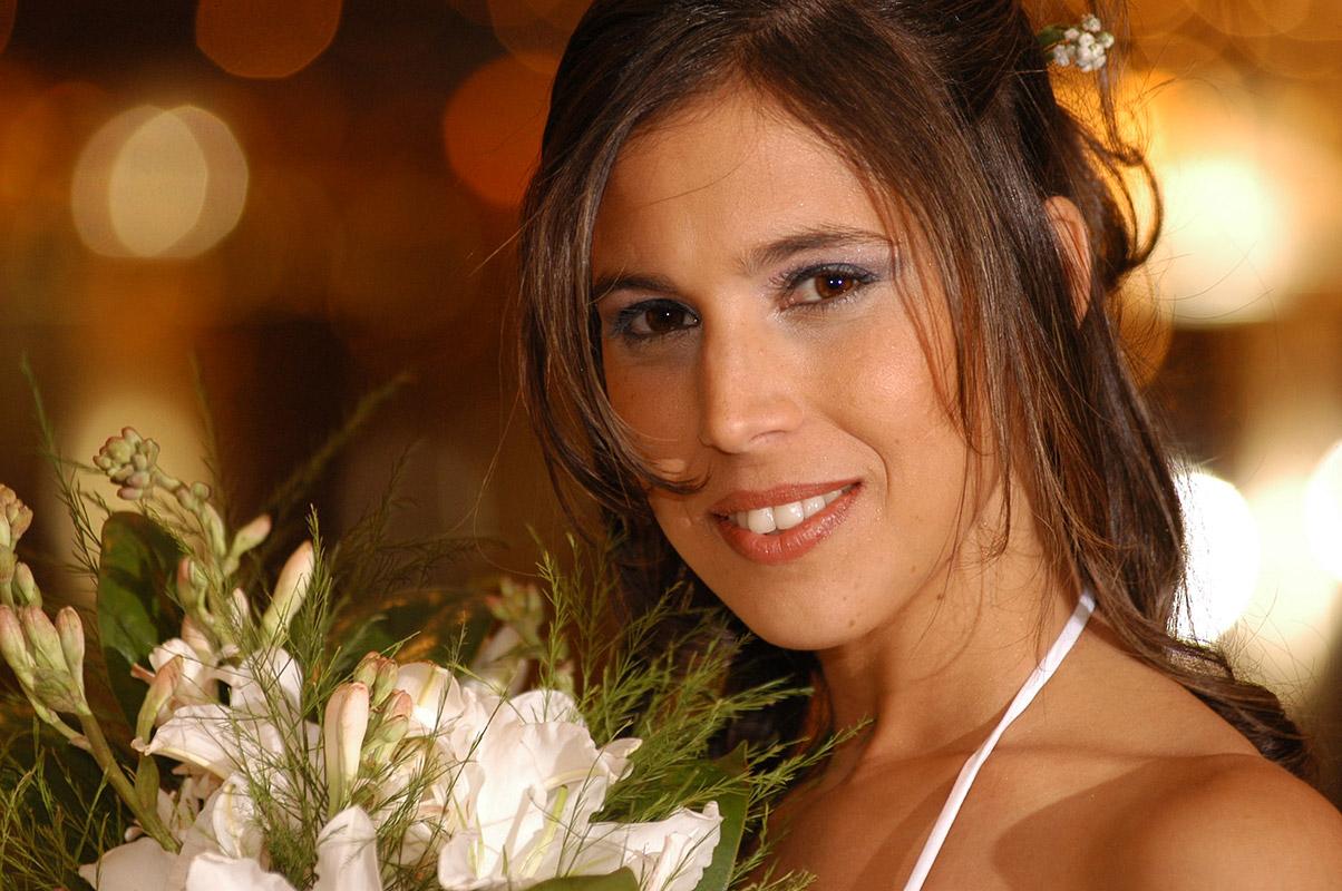 Retrato de la novia y su ramo por Tao's Foto y Video